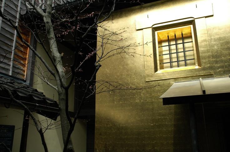 Gilded tea house at Hakuza, Kanazawa City