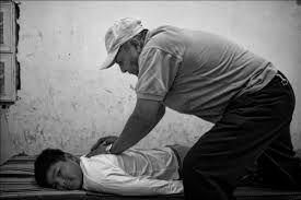 """muchos latinos prefieren que las manos de un """"sobandero"""" sean las que pongan fin al intenso dolor. Muy similar a los pueblos de nuestros países, los """"hueseros"""" de Nueva York arreglan desde un cuello adolorido hasta un tobillo hinchado.  Los hueseros o sobanderos son especialistas en las técnicas para tratar malestares relacionados con el sistema músculo-esquelético. Generalmente curan fracturas, torceduras y dolores musculares."""