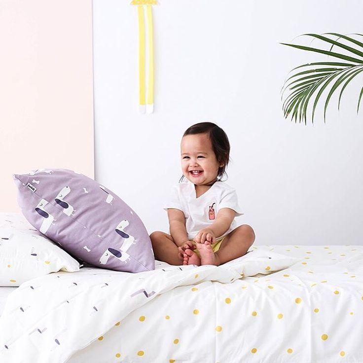 Esta preciosidad filipina ha enamorado a todo el equipo bandido con su sonrisa! (En la foto: Juego de cama doble cara Momo y cojín deco Momo) (📸 @alicia_macias para Bandide) #bandideforkids #Bandidekids   #beddingforkids #ropadecamainfantil #lascamasestanparadeshacerlas  #kidsroomdecor #kidsroom #designforkids  #thebanditsadventures #design #fundanordica #duvetcover #cushion #cojin