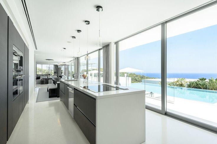 Un bella cucina con vista mare: non mancherà ispirazione in questa villa in #Ibiza! #mare #inspiration #moderno #interiordesign #luxuryhomes #decor #kitchen #cucina #cooking #view #vista http://it.luxuryestate.com/p35214061-casa-unifamiliare-in-vendita-ibiza
