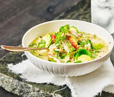 Kokosmjölk, citrongräs, limeblad och chili får smaklökarna att drömma sig bort till Thailand. Ingefära, lime och fisksås höjer brysselkålen till nya höjder. Avsluta med hackad koriander och du har fulländat denna fräscha grönsaksrätt.