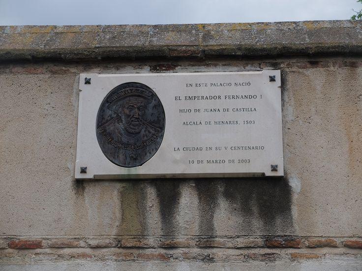 Palacio Arzobispal. Placa que recuerda el nacimiento del Emperador Fernando I de Sacro Imperio Romano Germánico