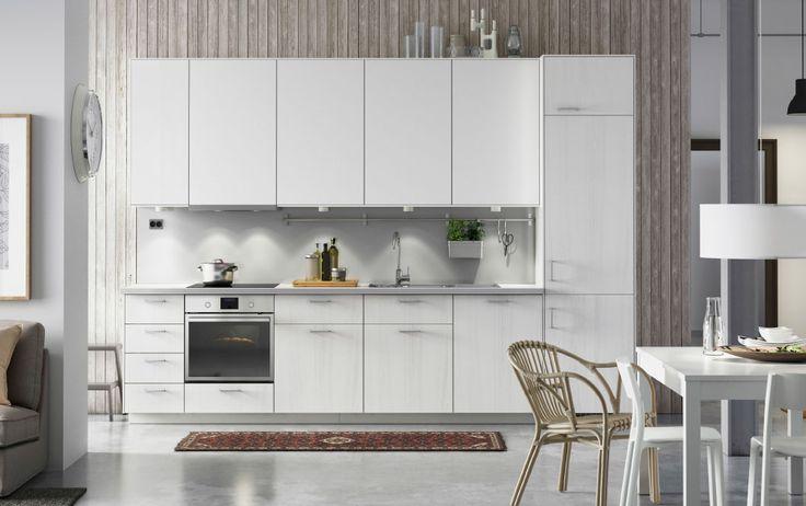 Moderne, hvidt køkken med hvide skabe, RÅSDAL fronter af hvid ask, hvide bordplader og integrerede hvidevarer