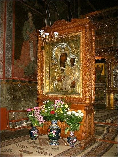 Icoana făcătoare de minuni a Maicii Domnului de la Mânăstirea Căldăruşani.   Icoana Maicii Domnului, adusa in 1940 de la Manastirea Noul Neamt (azi, in Transnistria), e unica prin perfectiunea executiei, ca si prin infatisarea, pe verso, a Sfantului Gheorghe tronand.