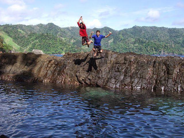 "Keistimewaan Teluk Kiluan lainya adalah Laguna Gayau atau Kolam Renang alami yang terletak di Balik Bukit Teluk Kiluan. Buat wisatawan sejati, jika bertandang ke destinasi Teluk Kiluan, singgahlah ke Laguna Gayau. Meski menjadi tujuan trip wisata ke-dua di Teluk Kiluan, namun destinasi ini gak kalah menarik. Bahkan, justru lebih menantang dan eksotik. Sebuah ""kolam renang"" raksasa berwarna biru, yang terbentuk oleh kontur alam bebatuan dan air di laut tersebut. . . . Lubang batu karang…"