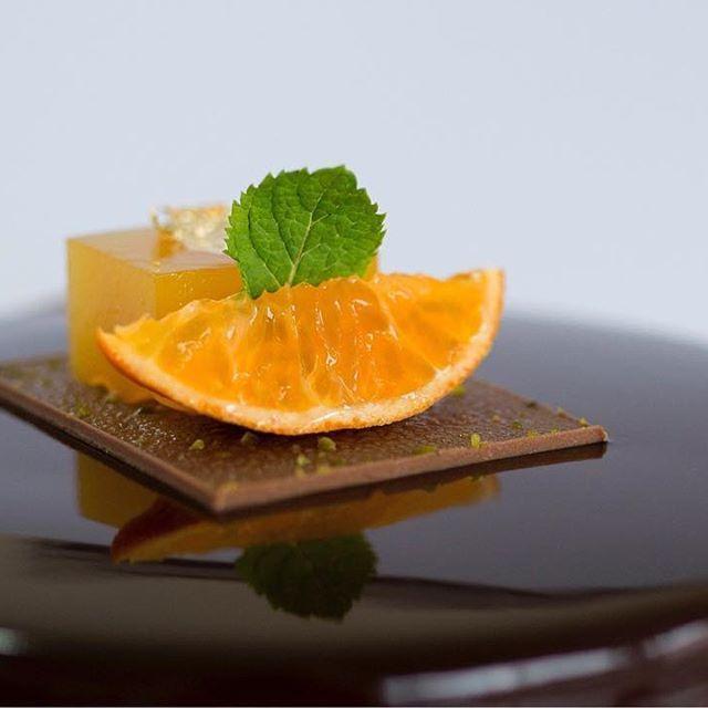 A great picture for mandarine orange #sachercake Thanks for a great picture from #nataliakhorosheva in #kicakiev #sweetdreams#hansovandopastrychef#hansovando#pastryconsulting#pastrycourses#chefstalk#pastry #patisserie #pasteleria #altacuina#sweet#foodporn#like#love#spain#delicious #yummy#breakfast#instagood #instafood#picoftheday#dailypic#chocolate #barcelona #reposteria #TeacherPrize#TeachersMatter @jarpega @silikomartprofessional @dispan_bcn @mas_uniformes @ravifruit @teacherprize…