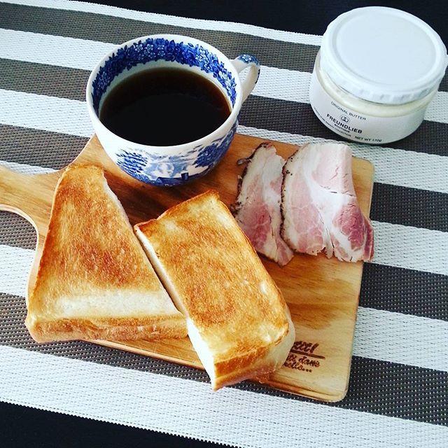 2017/01/08 10:38:00 a_la_iena 国産小麦とカナダ産小麦の食パンを食べ比べ、  うーん、、、どちらも美味しい  #朝食#モーニング#おうちごはん#あさごはん#食パン #厚切りトースト#にしむら珈琲#珈琲#フロインドリーブ#バター#ウェッジウッド#バルミューダ #インテリア#グレーインテリア#モノトーンインテリア #breakfast#toast##balmuda #coffee#interior #wedgewood #아침밥 #집밥#빵#바루뮤다#커피