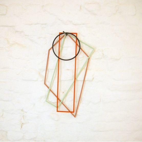 De kleurrijke onderzetters van Muller Van Severen voor Valérie Object zullen dé masterpiece van jouw keuken worden. Verras jouw gasten met de mooiste eettafel door deze prachtige grafische onderzetters te gebruiken en hang ze nadien opnieuw aan de muur als een functioneel kunstwerk.   Fien Muller en Hannes Van Severen trachten met hun collecties de grenzen af te tasten tussen design en kunst. Naast functie, hechten zij enorm veel belang aan de esthetische waarden. Deze visie is duidelijk…