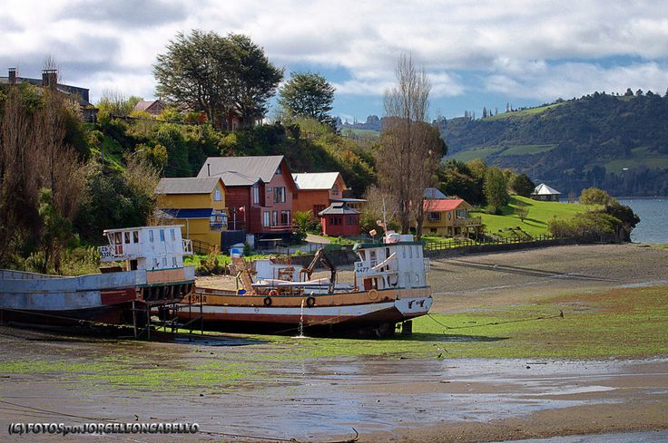 Marea baja en el Fiordo de Castro - Isla Grande de Chiloe (Chile)  El Fiordo de Castro se forma entre la Gran Isla de Chiloe y la Peninsula de Rilán, tiene un largo de 21 kms y esta conectado con el Canal Yal y el Canal Lemuy que separa de la isla del mismo nombre. En sus riberas se ubican diversos poblados como Chonchi y la ciudad de Castro.