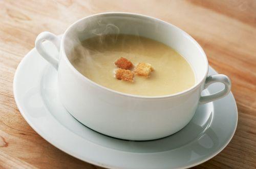 Aprenda aqui uma receita que vai esquentar o seus dias de inverno e é charmosa que só: sopa creme de queijo light!