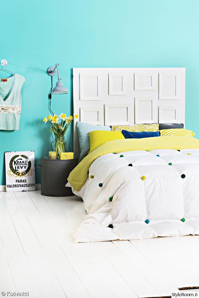 sänky,sÄngynpÄÄty,väriseinä,värikäs sisustus,yöpöytä,lamppu,päiväpeitto,sisustustyynyt,makuuhuone