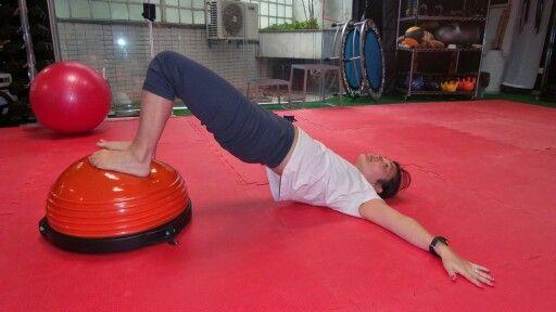 Ponte sobre os ombros.  - Melhora da força muscular de glúteos e posteriores da coxa. - Alongamento dos músculos flexores de quadril (iliopsoas e quadríceps). - Melhora da estabilidade de quadril e tronco. - Melhora da mobilidade de coluna vertebral.  2studio.com.br