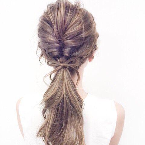 結んだ毛束にササッと作る「リボン結び」。ネクストブームの「たるん結び」のポイントにもオススメなんです。簡単にアレンジ出来るので、こなれ感UPを狙っちゃいませんか?