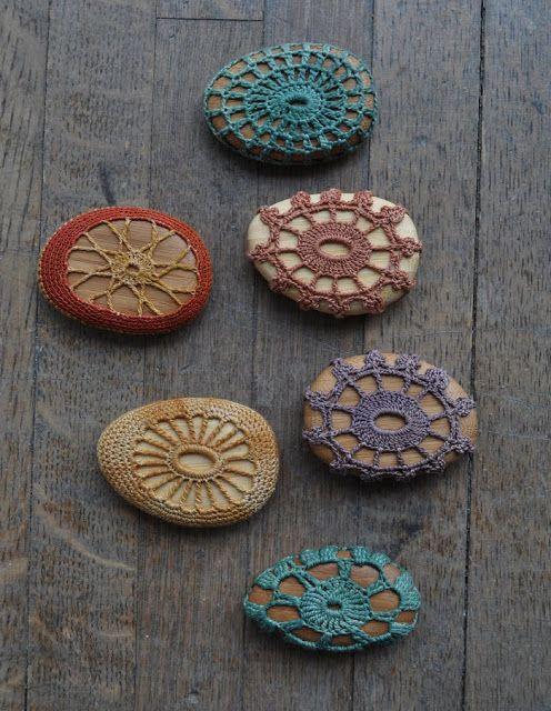 Deshilachado: Piedras forradas de ganchillo / Crochet lace stones