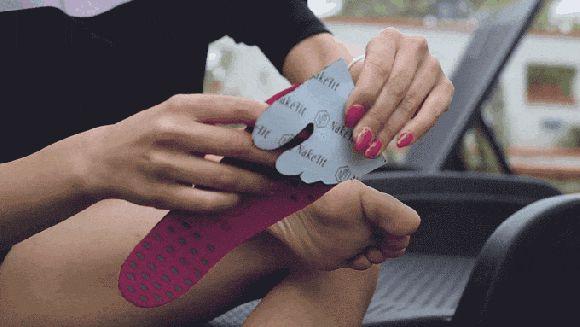 ほぼ裸足のようなサンダル!? 足裏をガード&水に強くて滑りにくい画期的アイテム「NakeFit」がすんごいよ   Pouch[ポーチ]