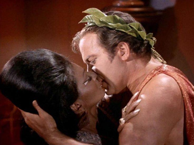 Há 48 anos aconteceu o primeiro beijo interracial da TV americana