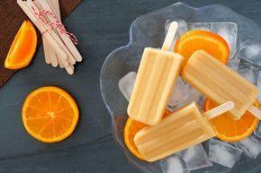 Refréscate con estas paletas heladas de tequila con cítricos. Preparación 1. Mezcla el jugo de naranja con el de limón en un tazón. 2. Endulza con miel de agave o azúcar. 3. Agrega el caballito de tequila. 4. Vierte la mezcla en vasitos de plástico o moldes para paletas. 5. Congela. 6. Desmolda. Para que este paso sea más sencillo puedes sumergir las paletas heladas en agua hirviendo y retirar el molde poco a poco.