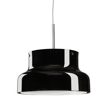 """Bumling-lampan från Ateljé Lyktan är en riktig designikon! Den bulliga lampan designades av Anders Pehrson 1968 och sägs ha fått sitt namn efter att en god vän sagt """"Det var mig en stor bumling, Anders!"""". Bumlingen blev en succé och dess tidlösa design gör att taklampan fortfarande känns aktuell och nutida. En retroklassiker som passar perfekt över köksbordet! Välj mellan olika varianter."""