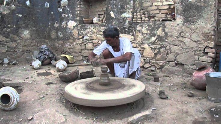 39. India: Alfarero torneando sobre una rueda-bloque  con alto momento de inercia, accionado con  baston y eje móvil. Chatra Sagar (Dist. Pali-Marwar, Rajasthan)