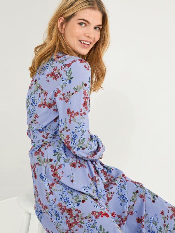 34009545053 Mønstrete skjortekjole med sidelommer og knytebelte i livet. Kjolen har  lange ermer og rekker til
