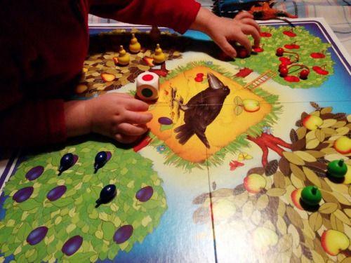Miles de niños y ya no tan niños han podido disfrutar de este gran clásico. Un gran juego de mesa para los mas pequeños en el que todos los jugadores debemos colaborar juntos para recoger la fruta de los árboles en nuestra cesta antes de que el cuervo llegue para comérsela.