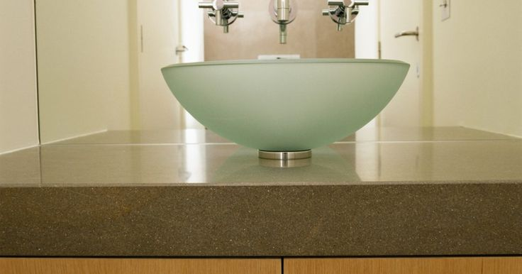 Cómo limpiar manchas de agua dura en lavabos tipo vasija de vidrio. Un lavabo bonito y limpio ayuda a que toda la habitación resplandezca. Los lavabos tipo vasija pueden estar hechos de diferentes materiales, como vidrio, porcelana, piedra o cobre. Si tienes un lavabo de vidrio, quitar las manchas de agua dura es una tarea sencilla. Estas manchas aparecen cuando el calcio y el magnesio del agua reaccionan ante el ...