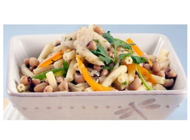 Salada de macarronete com feijão-frade e bacalhau - http://www.receitasparatodososgostos.net/2016/10/08/salada-de-macarronete-com-feijao-frade-e-bacalhau/