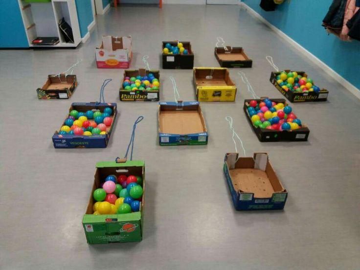 Cajas de cartón y pelotas