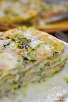 Lasagne bianche con zucchine e prosciutto cotto .