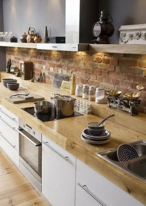 ziegelwand in der küche hölzerne oberflächen und offene wandregale