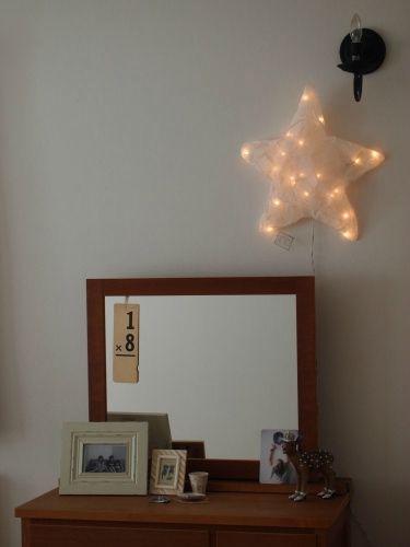 Les dernières appliques murales de la créatrice parisienne Fanni Chambas sont arrivées en boutique.  En voile de lin teinté de blanc, ces appliques diffusent une douce lumière grâce à leurs guirlandes électriques.  La magie opère tout de suite et met en place une ambiance propice à la rêverie.