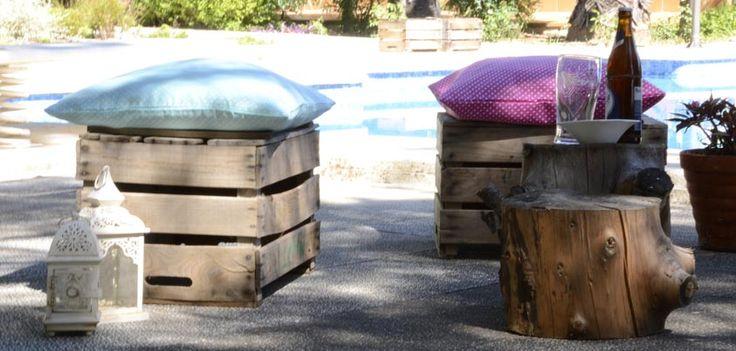 Idea para crear un ambiente de verano o decorar tu terraza. Un tronco que sirve de mesa, unas cajas de madera y unos cojines de colores veraniegos es todo lo que necesitas. Funda de cojín Topos en varios colores a elegir. Entra en https://kusbe.com/ tenemos cientos de artículos para decorar tu hogar. #decorar #decoracion #verano #cojin #fundacojin #cojinesdecolores