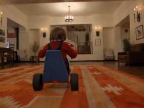 Una secuencia de la película The Shining (El resplandor) de 1980, dirigida por Stanley Kubrik. En esta secuencia Danny Torrance (Danny Lloyd) recorre el hotel, donde se desarrolla casi toda la acción de la película, en un triciclo. Se usa el traveling para hacer seguimiento del personaje y a la vez para describir el espacio por medio del movimiento de cámara. Este movimiento es usado de forma recurrente en la película.
