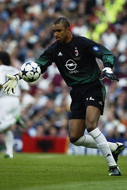 Dida, del AC Milan, patea el balón en el campo durante la final de la UEFA Champions League entre Juventus FC y AC Milan el 28 de mayo de 2003 en Old Trafford