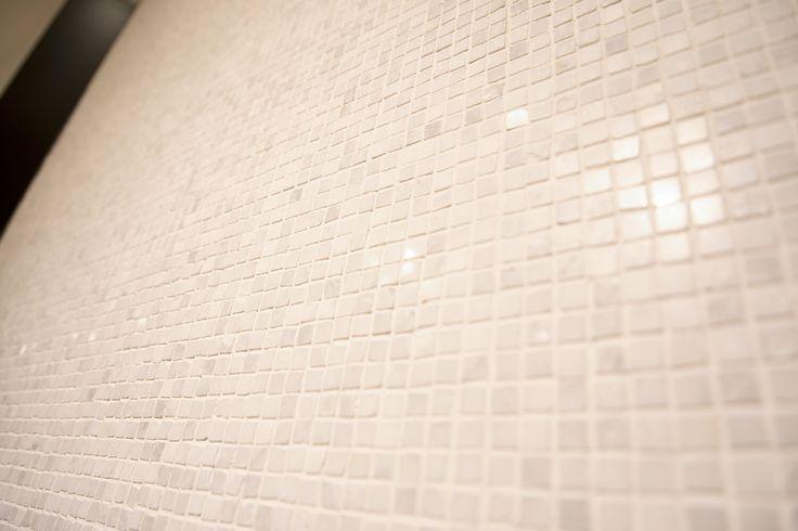 Коллекция #Irregular - мозаика из натурального камня фабрики @anticcolonial   #artcermagazine #design #интерьер #журнал #ceramica #tile #керамическаяплитка #дизайн #стиль #тенденции #новинки #LAnticColonial #мозаика #белыйЦвет #состаренныйМрамор
