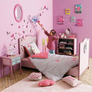 こちらは全体的にピンクでまとめたコーディネート。ウォールステッカーのちょうちょをたくさん貼ることでお部屋のアクセントに。壁の装飾は取り入れやすいのでぜひ参考にしたいですね。