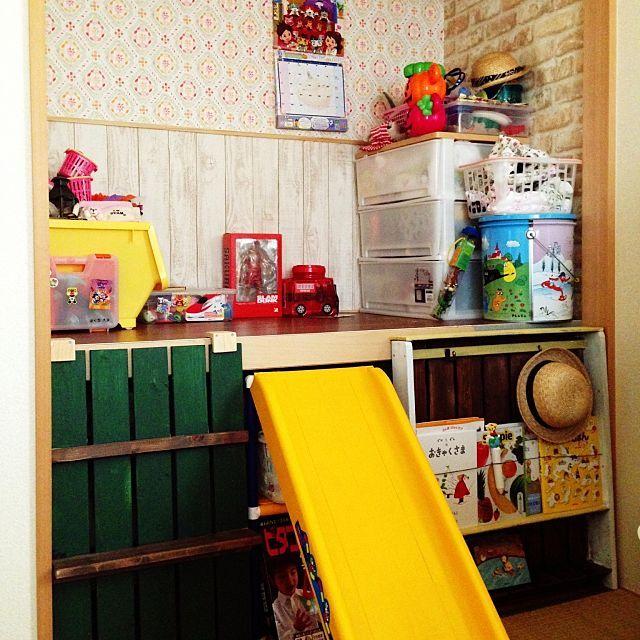 の壁紙屋本舗/子供部屋/DIY/押入れ改造についてのインテリア実例を紹介。「押入れを改造した子供部屋。下は収納のままで、取り外し可能なスノコで作ったハシゴと滑り台で上り下り。本棚もスノコDIYで。」(この写真は 2015-04-07 21:36:04 に共有されました)