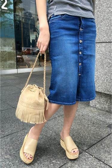 MOTHER ボタンタイトスカート  MOTHER ボタンタイトスカート 33480 ボタンフライの仕様がタイトスカートをより女性らしく演出してくれるデザイン 柔らかいだけでなく足のラインをキレイに包み込んでくれるデニム素材はMOTHERならではの履き心地 Tシャツをラフに合わせていつものデニムスタイリングをブラッシュアップしてくれるスカートです MOTHERマザー アメリカ発のデニムブランド デニム素材にニット編みの手法を取り入れカシミアのような柔らかな履き心地を実現しています 取り扱いについては商品についている洗濯表示にてご確認下さい 店頭及び屋外での撮影画像は光の当たり具合で色味が違って見える場合があります 商品の色味はスタジオ撮影の画像をご参照下さい ブルーA着用スタッフ身長:163cm 着用サイズ26 モデルサイズ:身長:166cm バスト:80cm ウェスト:58cm ヒップ:82cm 着用サイズ:26