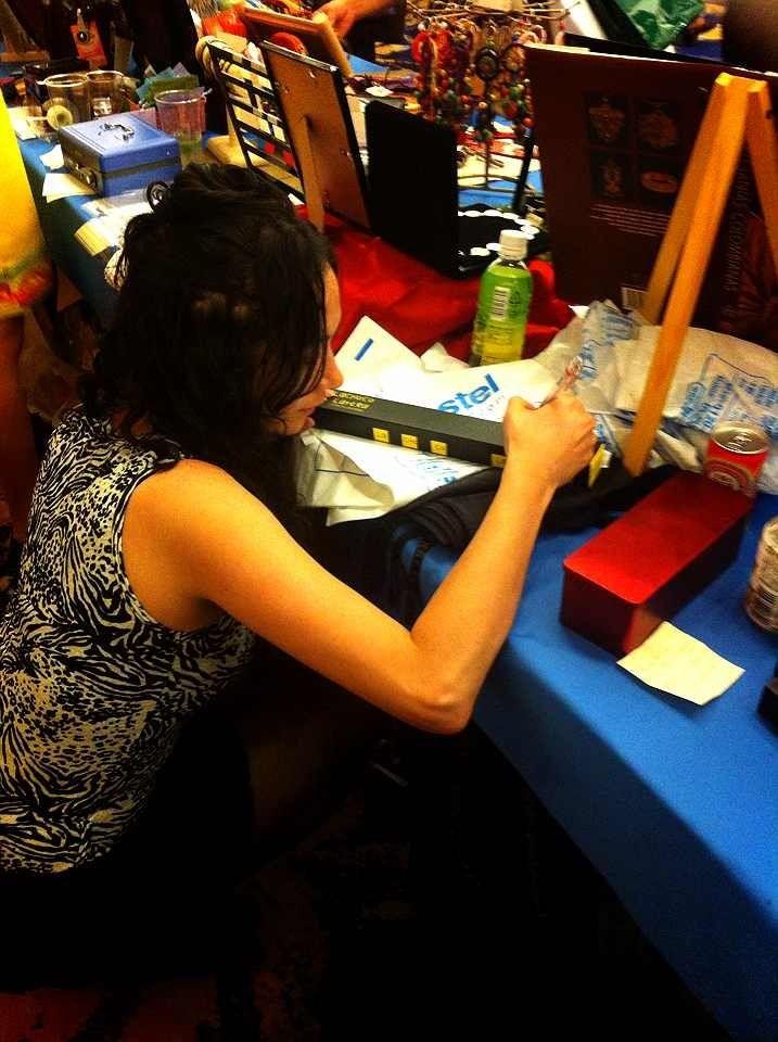 La maravillosa cultura japonesa: un asistente al Festival le pide a Marce que firme una de las cajas de bombones que acaba de comprar. Los 15 minutos de fama.