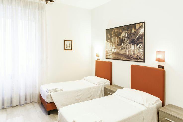 Elegante e confortevole appartamento con due ampie camere da letto che possono ospitare sei ospiti, cucina americana attrezzata di tutto, doppio bagno e arredamento completo.