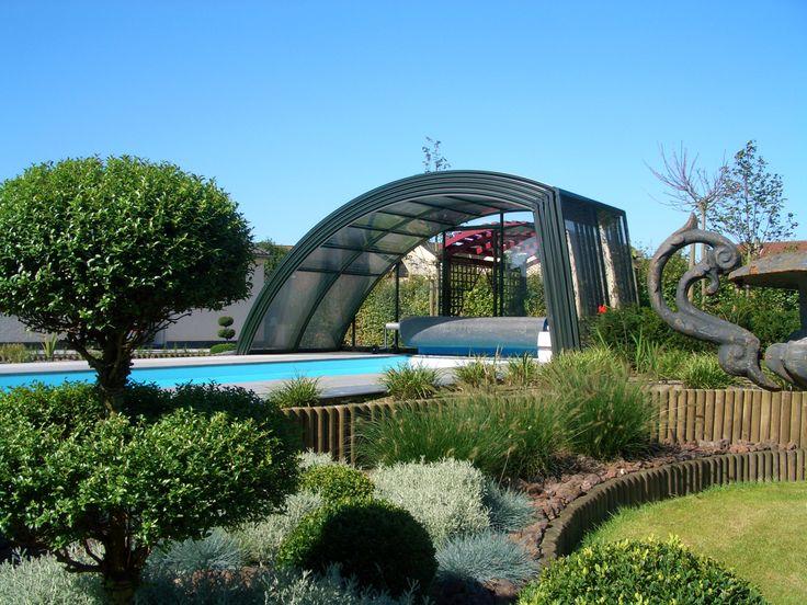 Složené zastřešení bazénu RAVENA díky svému tvaru umožňuje volný pohyb kolem jedné podélné strany bazénu.