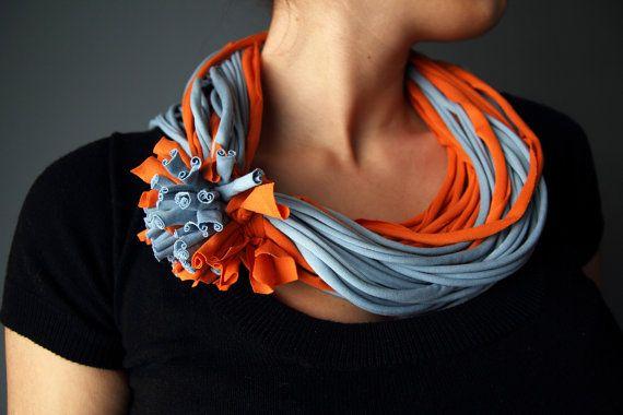 T-Shirt Schal Halskette in himmelblau und Orange, handgemacht