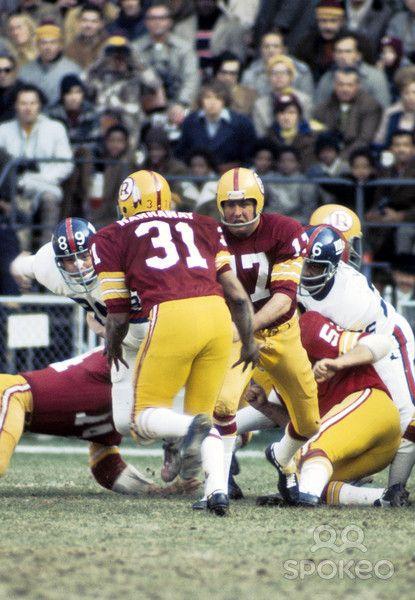 washington redskins charlie brown | Washington Redskins quarterback Billy Kilmer (17) hands off to Larry ...