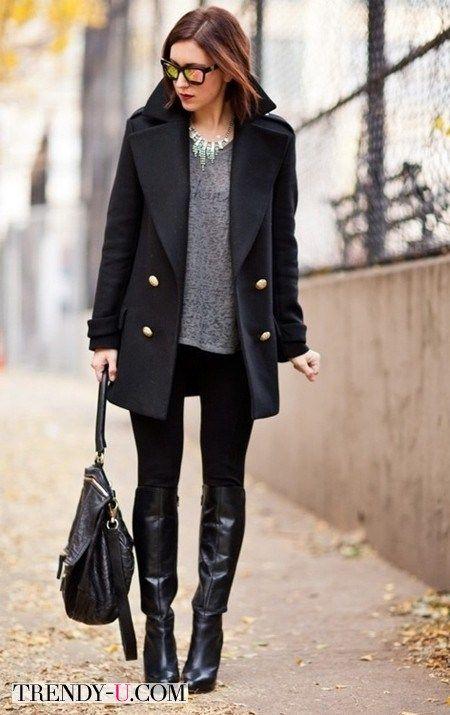 Высокие сапоги на каблуке и черные непрозрачные колготы визуально удлинят ноги