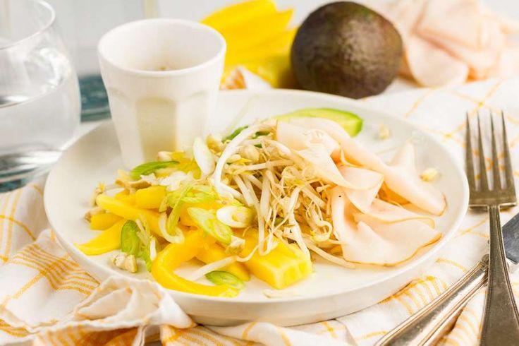 Recept voor thaise salade voor 4 personen. Met mango, bosui, pinda's, kipfiletplakjes, avocado, taugé, sojasaus, rijstazijn en gember