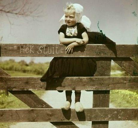 Walcheren 1952. Wat zagen de Zeeuwse meisjes er schattig uit in hun klederdracht.