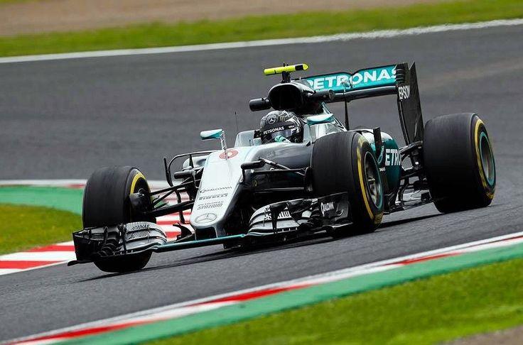 O alemão @NicoRosberg confirmou o favoritismo e levou a pole position do Grande Prêmio do Japão realizado no Circuito de Suzuka. Líder do Mundial de Fórmula 1 da atual temporada o piloto da @MercedesAMGf1 foi o mais rápido da classificação com o tempo de 1min30s647 apenas 0s013 à frente do companheiro de equipe e grande rival na briga pelo título o britânico Lewis Hamilton. O inglês é o segundo seguido de Kimi Raikkonen da Ferrari. Felipe Massa conseguiu o 12º melhor tempo enquanto o F...