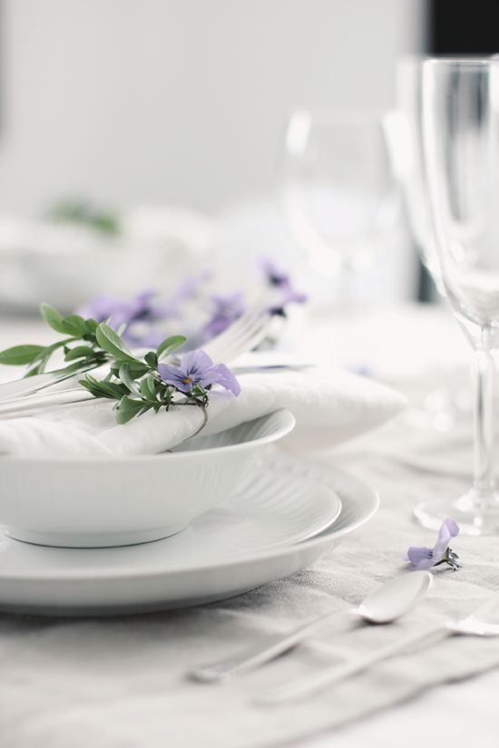 ~ all white table setting with fresh flowers <3