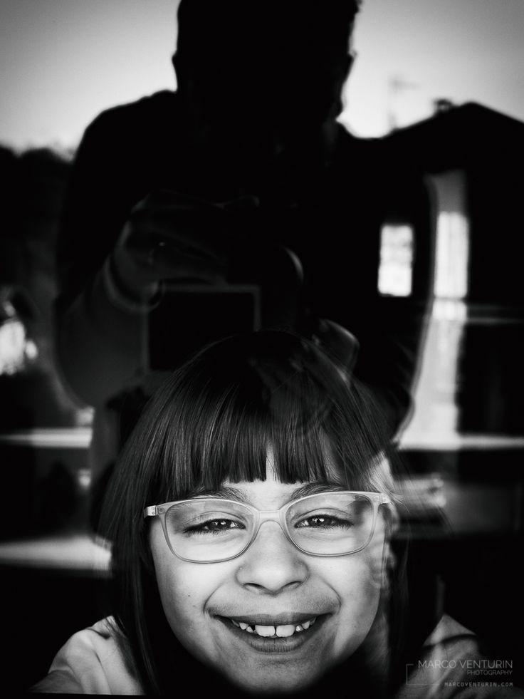 Piccola faccia sorridente che mi segui mentre vago con la macchina fotografica in mano, che ti giri dall'altra parte quando voglio farti una foto, devo sempre inventarmi qualcosa per attirare…