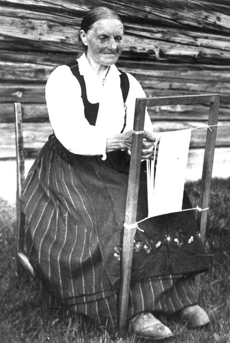 Antagelig Lesja, Oppland 1934. Kvinne i arbeid ved sprangramme.